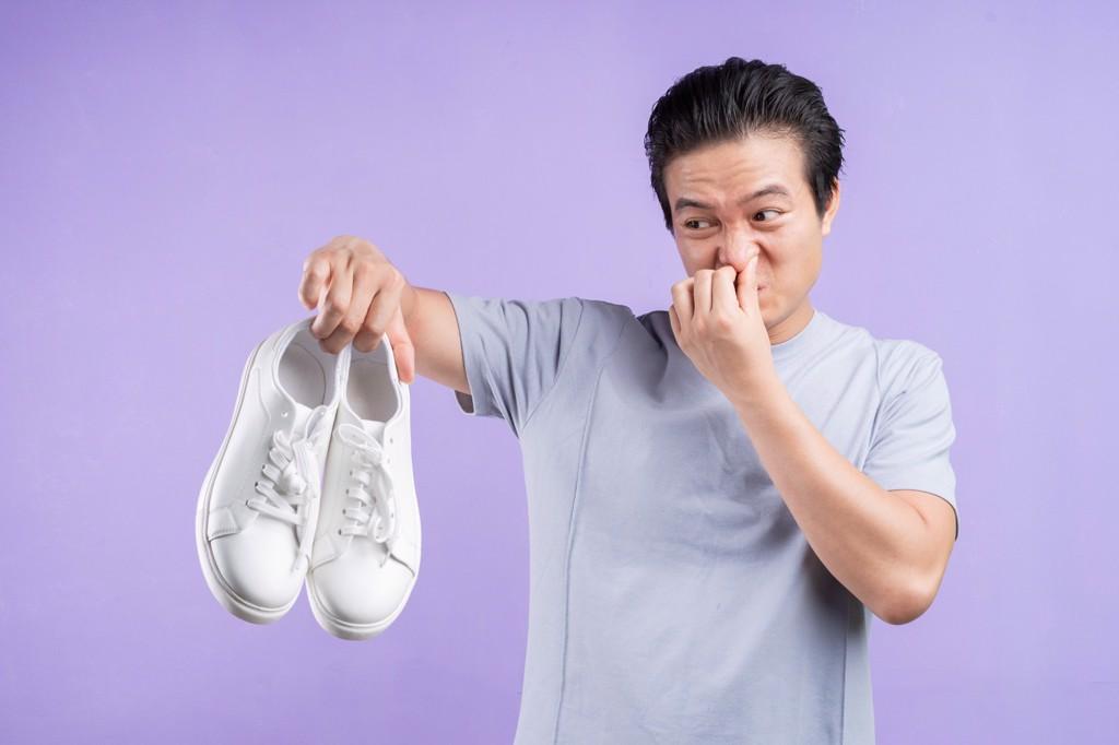 Giày có mùi hôi? Nguyên nhân và cách khử mùi hôi giày